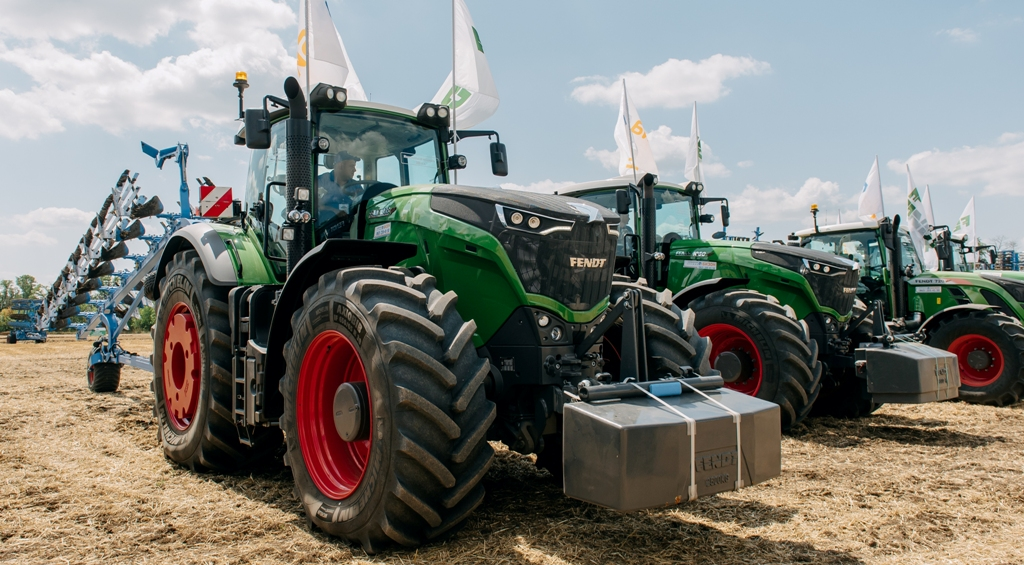 Day of field Fendt & Valtra: Field demonstration of technology for effective farming